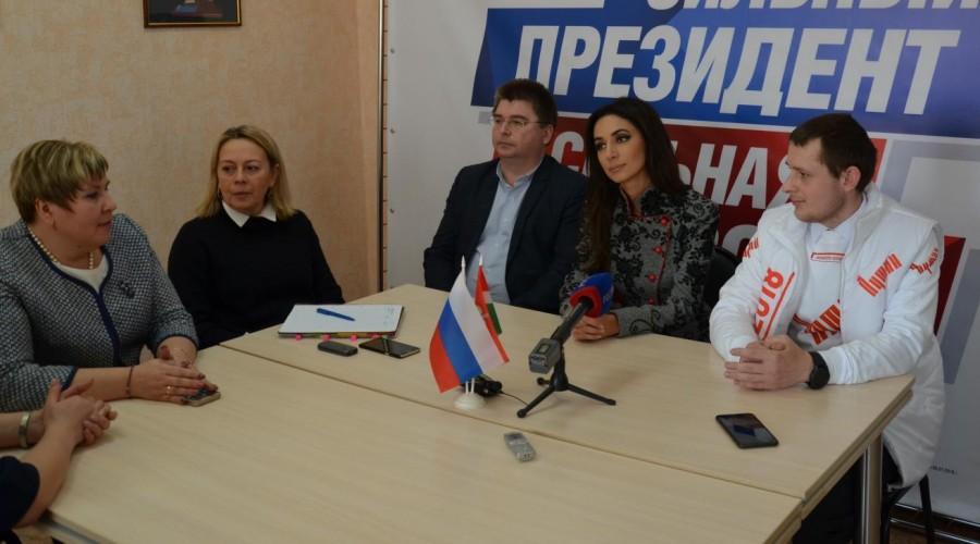 Певица Зара встретилась с руководством калужского избирательного штаба кандидата в президенты РФ Владимира Путина
