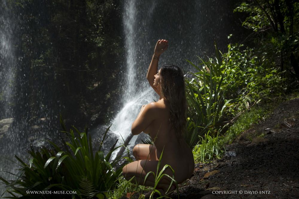 Scarlett возле водопада