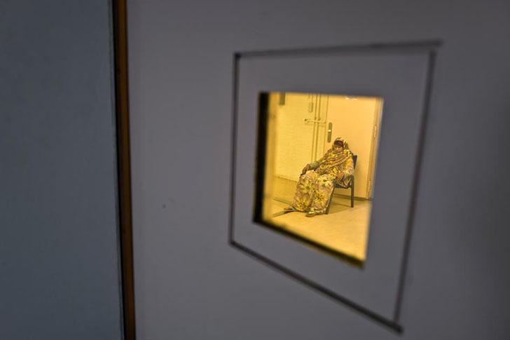 Беженка из Сомали, 41-летняя Иджаава Мохамед, сидит на стуле в отделении для одиноких женщин в тюрьм