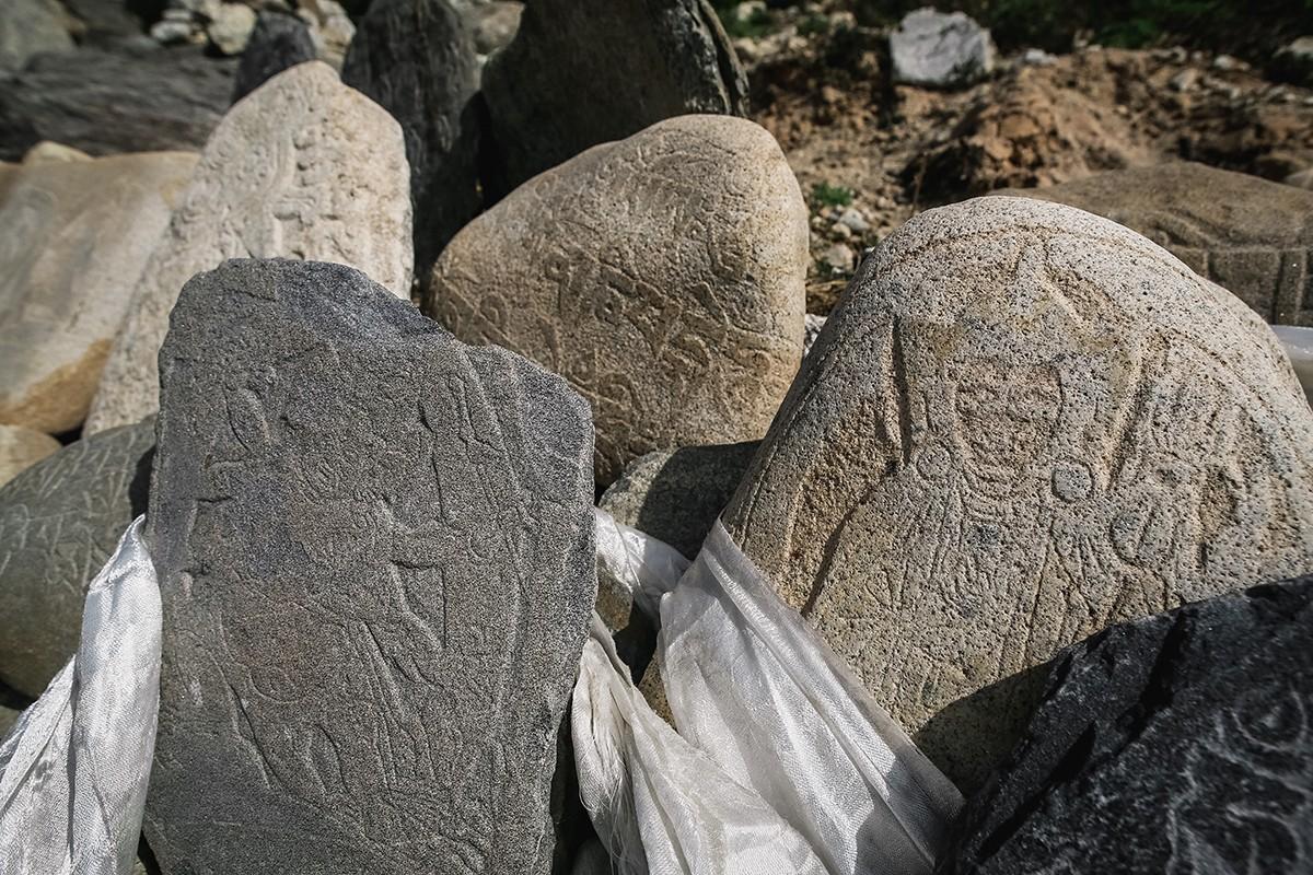 30. Вокруг множество камней с изображениями будд и с мантрами. Все священно. Каждый камешек.
