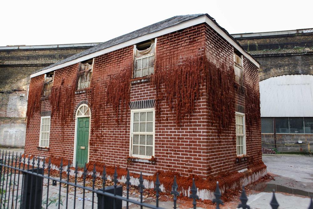 «Фунт плоти» — скульптура в виде двухэтажного дома из 8000 парафиновых кирпичей, которую медленно со