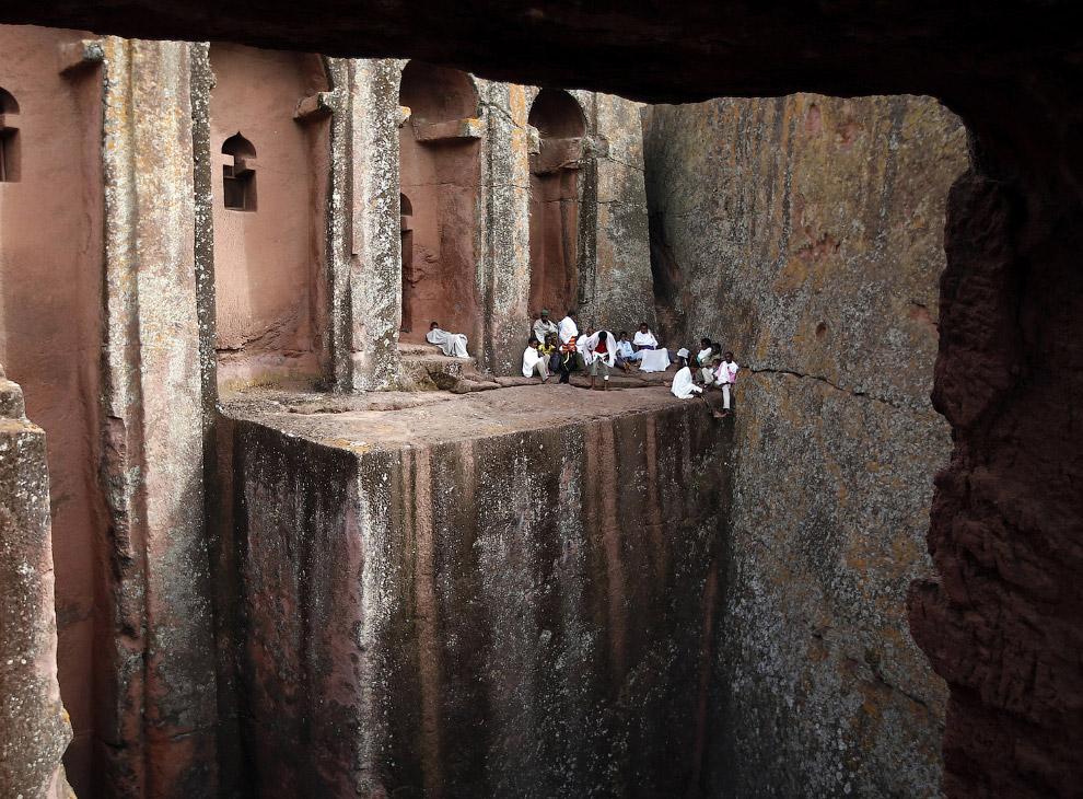 4. Церковь Святого Георгия, одна из многих высеченных в камне церквей Лалибэлы. Это наиболее из