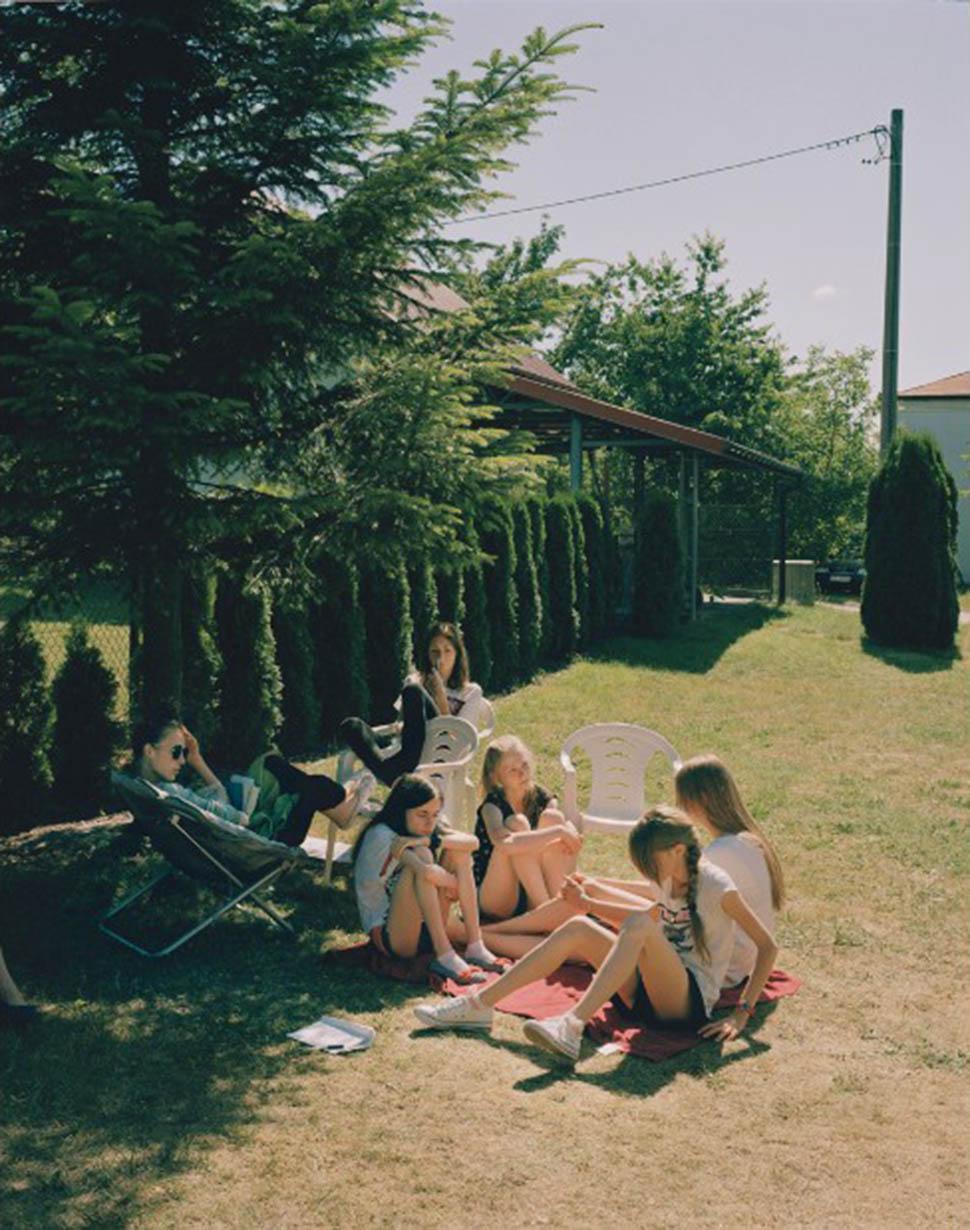 Перерывы между едой и сеансами терапии часто проходят на газоне.   Девушки были взволнованы про