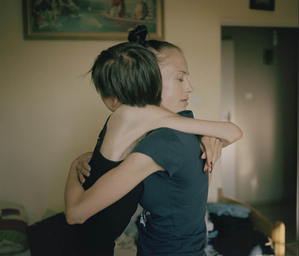 Кая и Наталия обнимаются в свой последний день в реабилитационном центре. Кая нервничала по поводу с