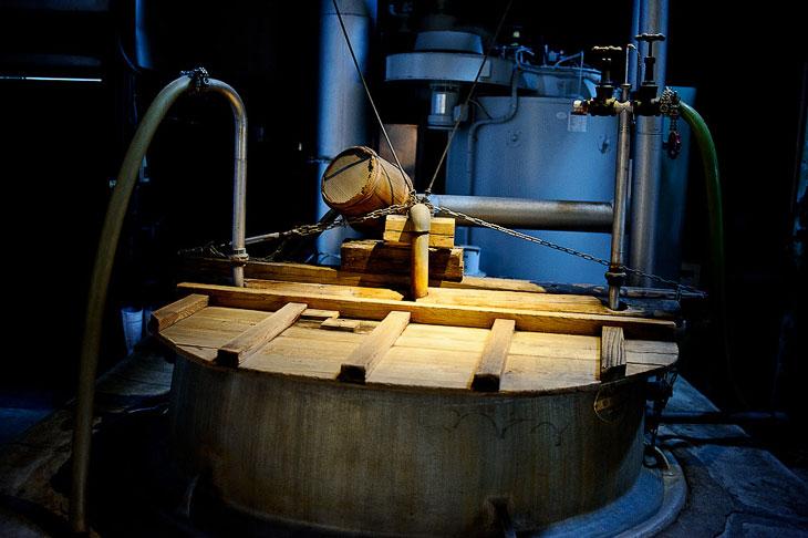 В наши дни  процесс брожения  происходит в металлический емкостях. Раньше для этого и