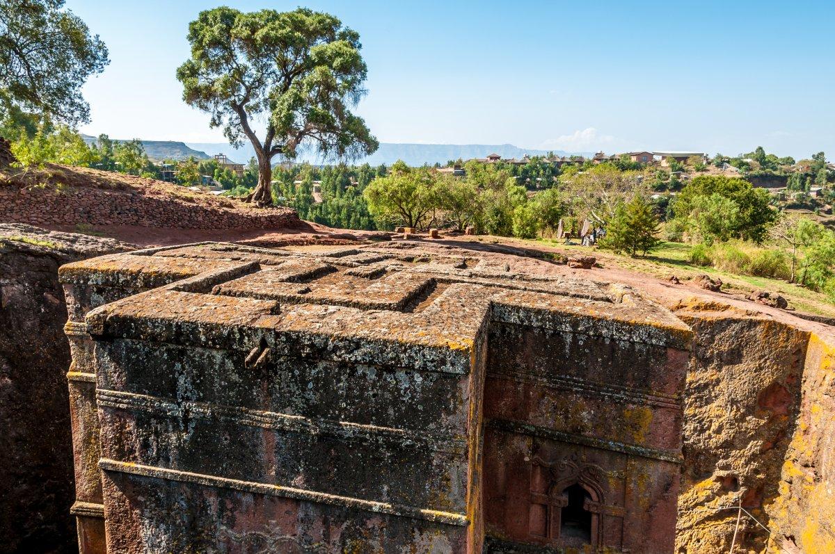 А монолитная церковь Святого Георгия в городе Лалибэла, Эфиопия, была вырублена в каменной толще кра