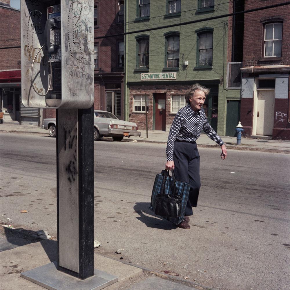 Женщина, идущая по улице, 1986