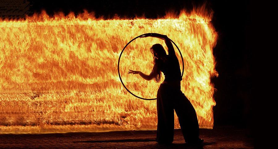 300°С — температура воспламенения дерева, а температура горения дерева — примерно 800 — 1000 °С.