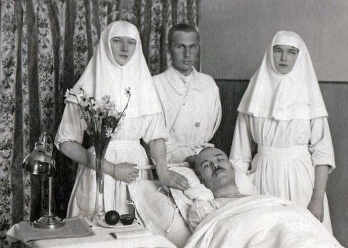 Совместно с матерью и старшей сестрой взяла на себя миссию сестры милосердия в госпитале. О необычай