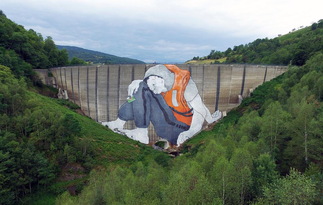Ella and Pitr paint a gigantic refugee on the Piney's dam (8 pics)