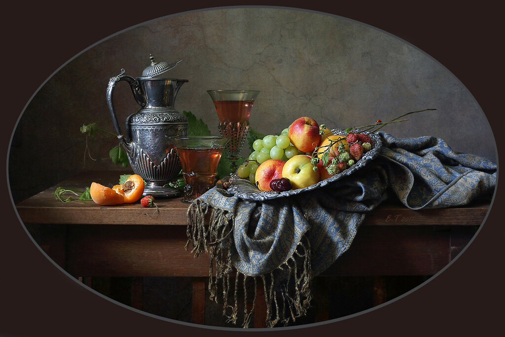 Блюдо с фруктами и вино