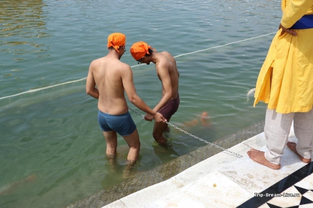 Омовение в святом озере Амрит Саровар