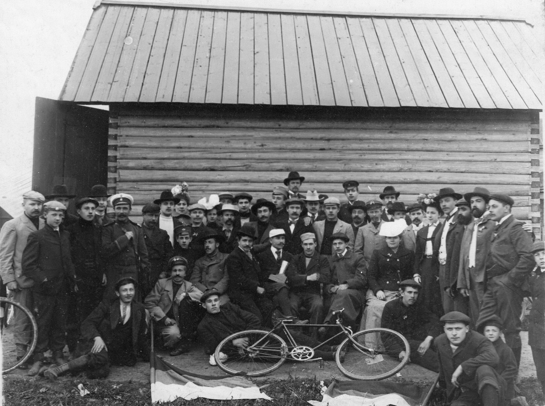 Группа победителей велопробега среди членов Петербургского общества велосипедистов-любителей