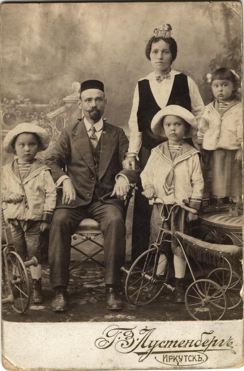 Татарская семья служащего конторы иркутских купцов Шафигулиных Г.М.Муратова. 1916