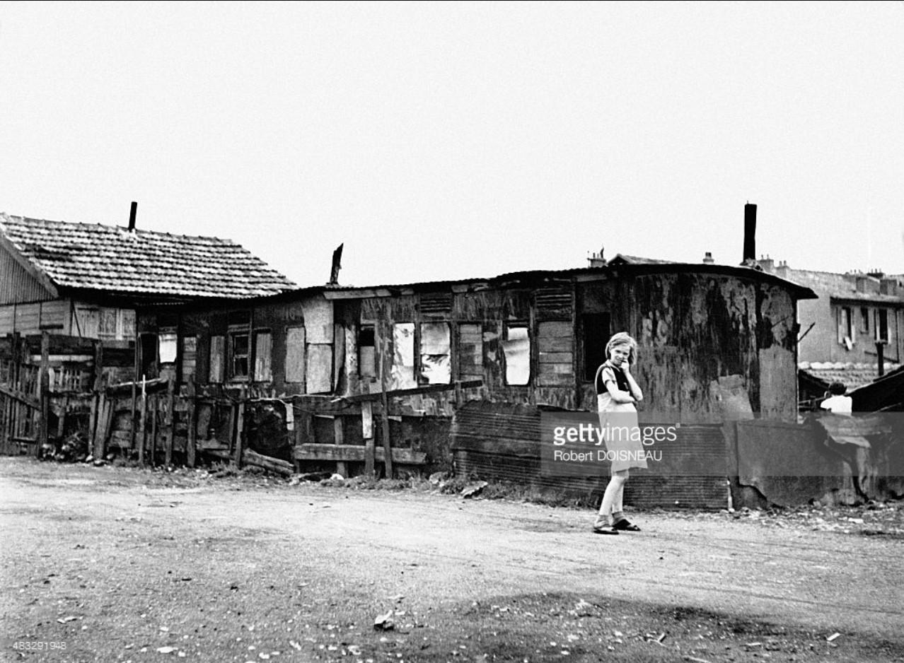 Молодая девушка в трущобах