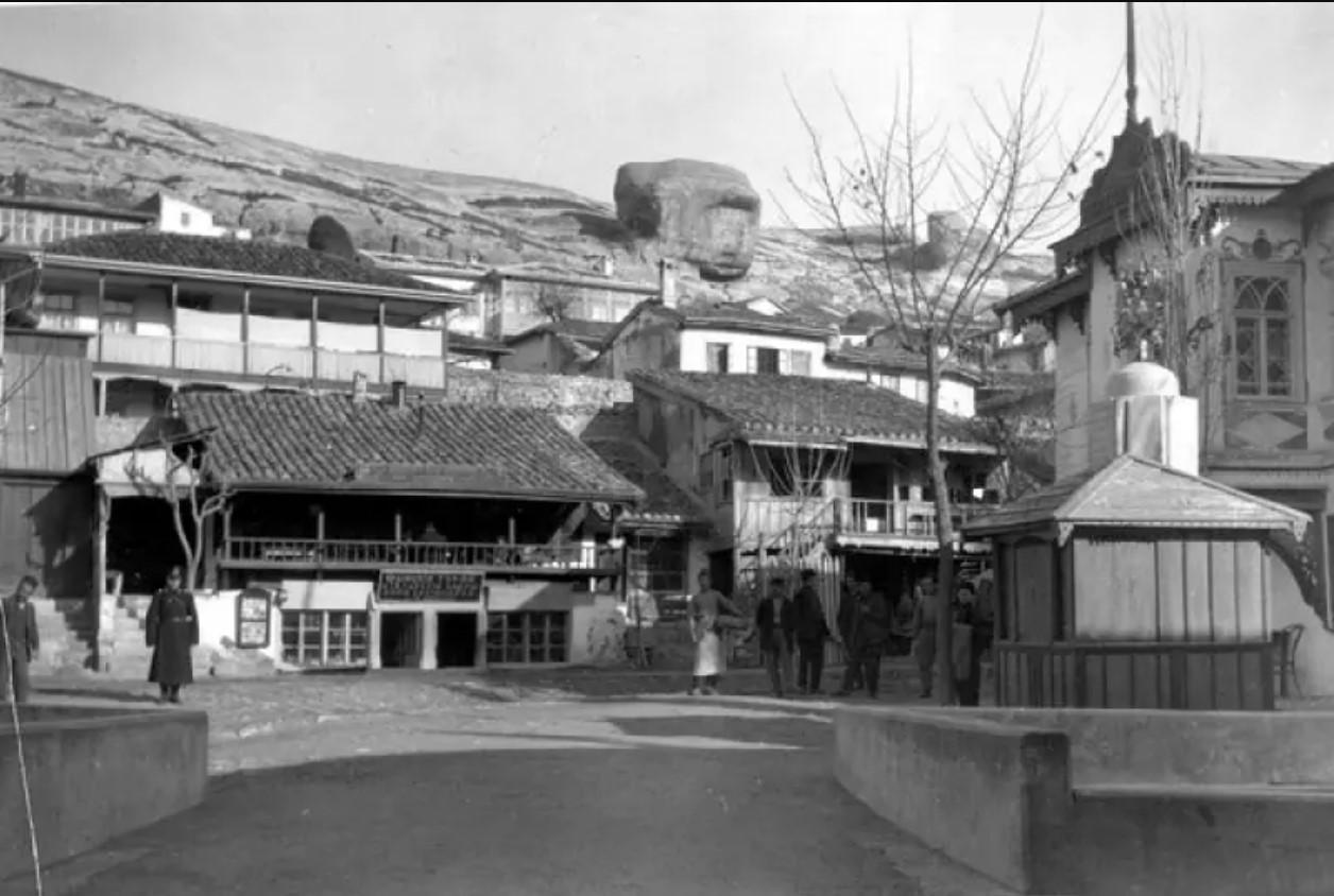 Улица от главных ворот Ханского дворца. 1915