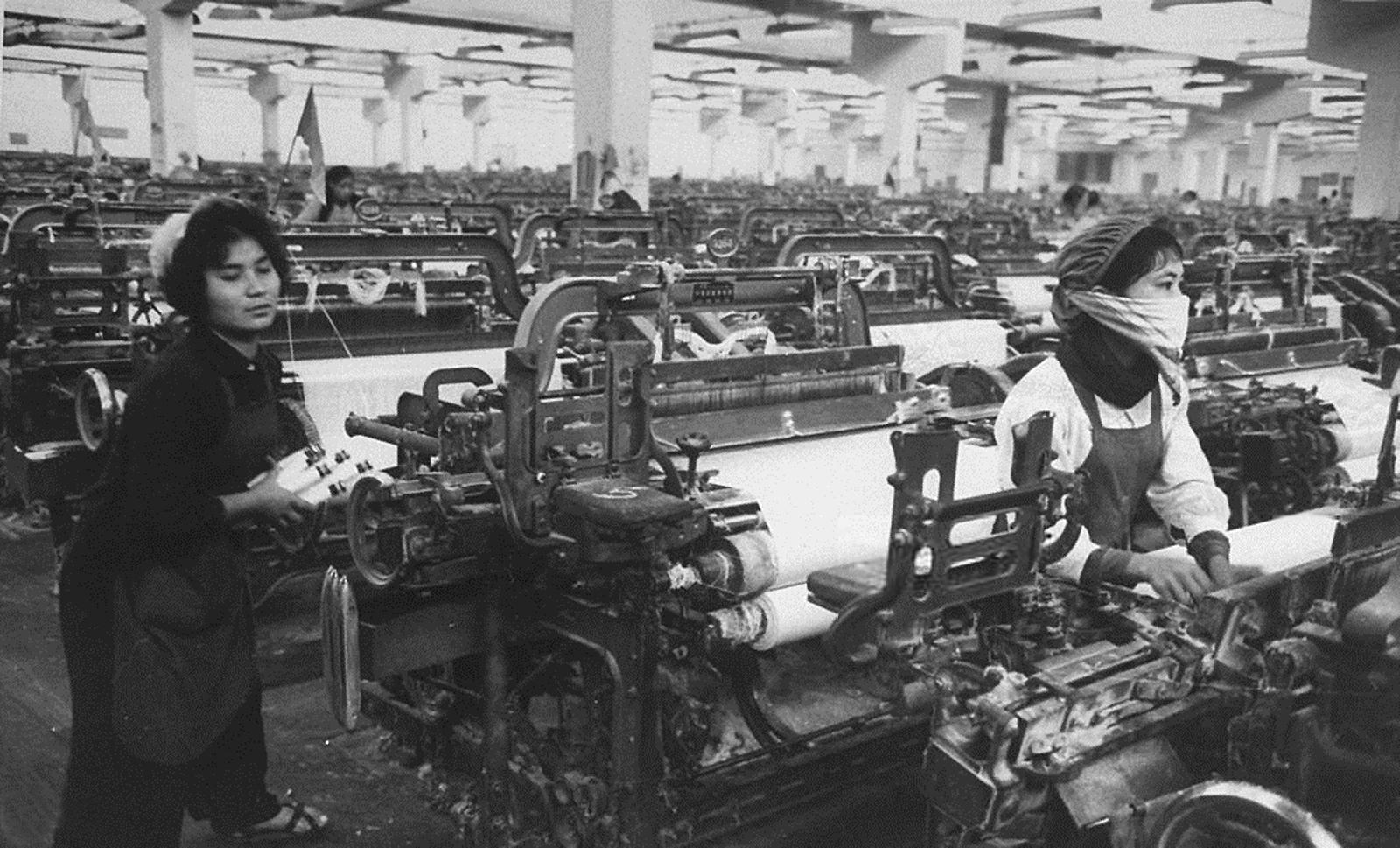 Работницы Ханойской текстильной фабрики