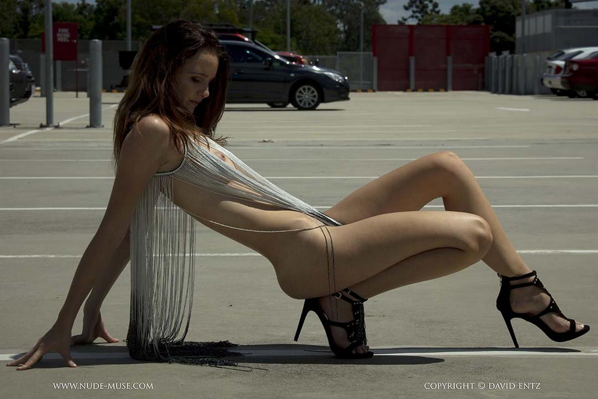 Эвелин в сексуальном наряде на стоянке