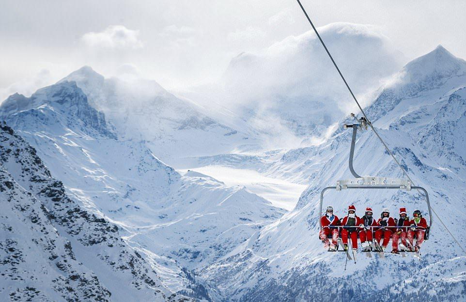 Около 2600 Санта-Клаусов открыли горнолыжный сезон в Альпах
