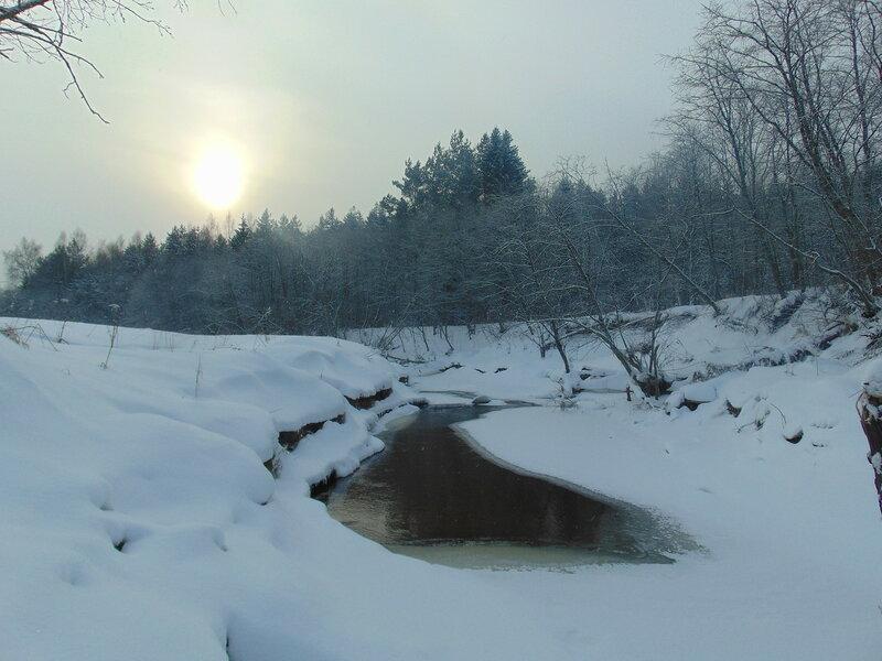 Среди снегов белых.