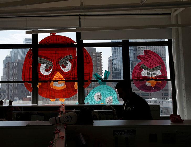 В битве оказались замешаны даже злые птички Angry Birds.