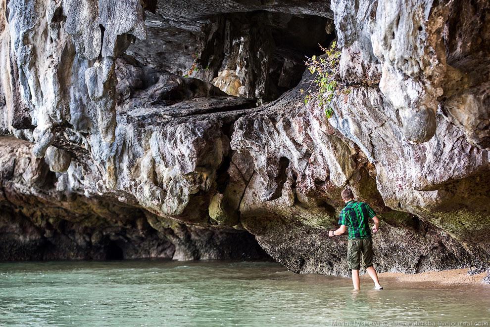 Вид от начала пути по пещерам. Дальше не пошла, потому что отстала, но вернувшиеся друзья были