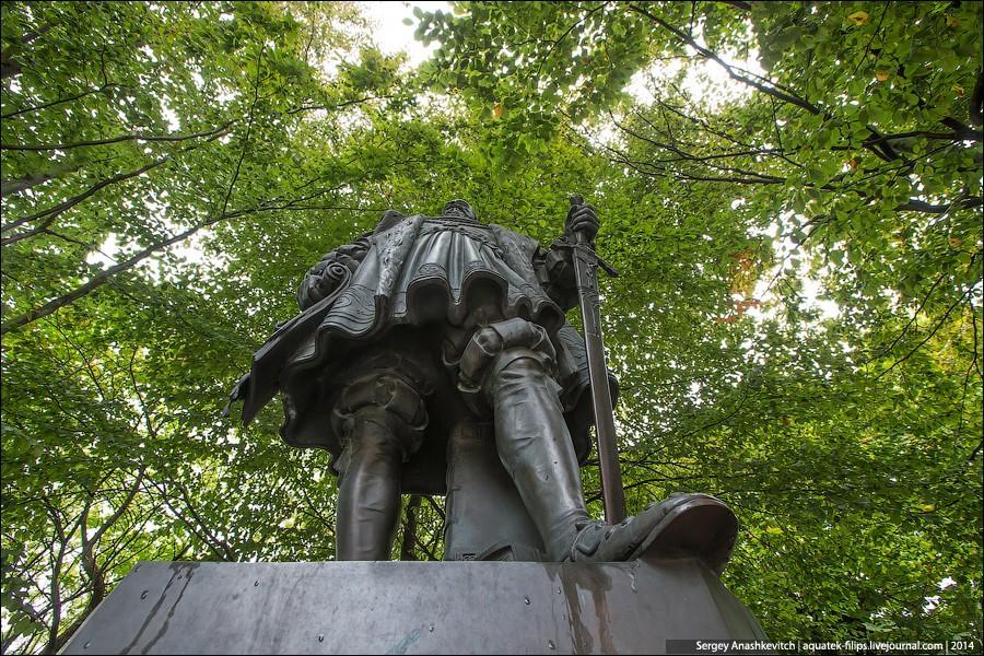 6. Скульптура герцога Альбрехта около кафедрального собора.
