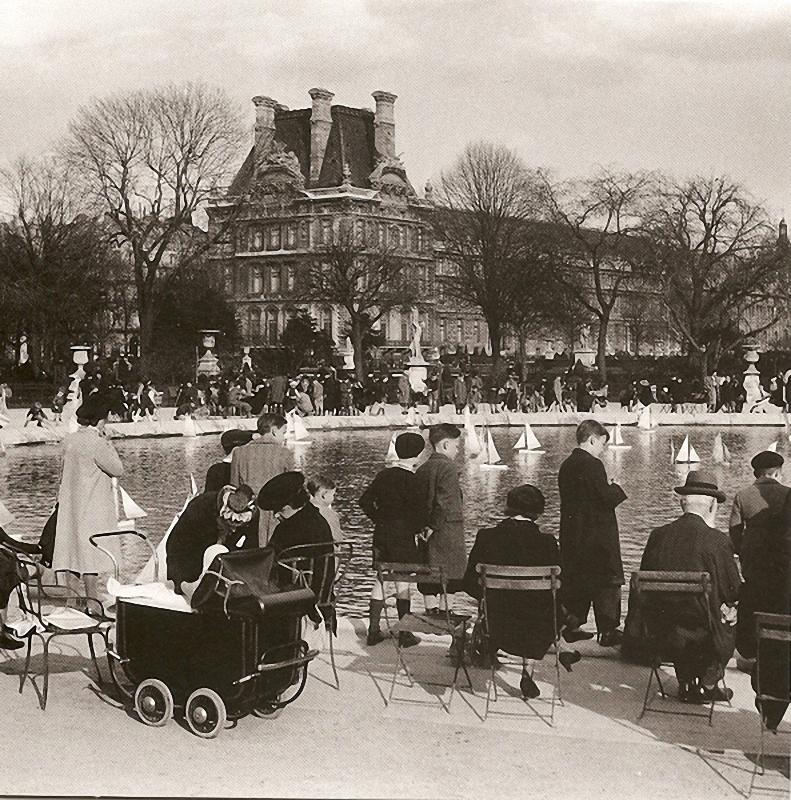 3. Регата в Тюильри. В марте 1943-го маленькие парижане запускали белые парусники у берегов водоема