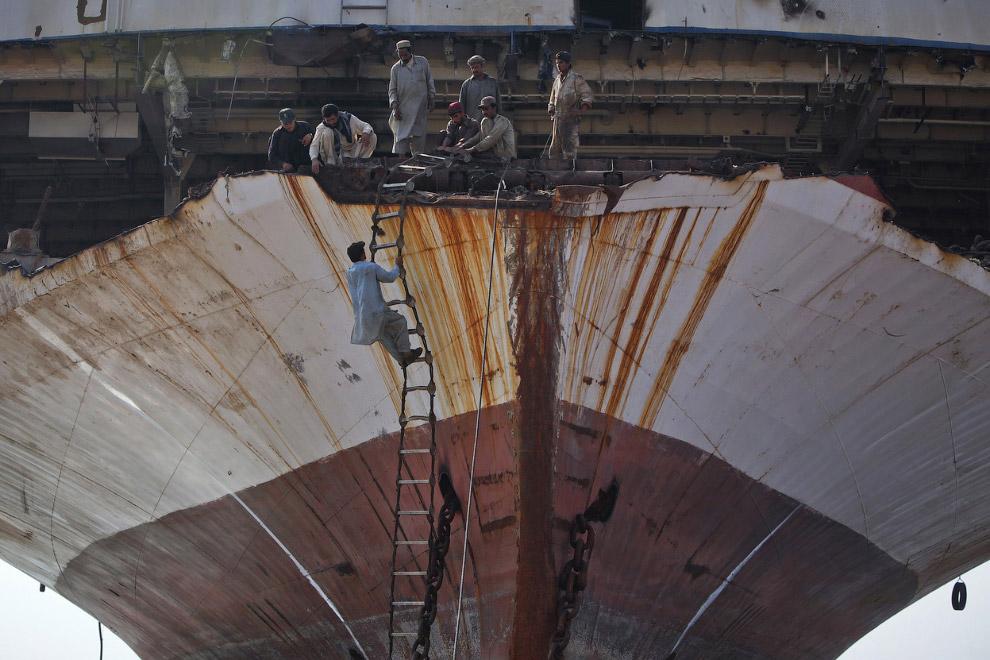 6. Разрезание корпуса корабля. Гаддани, Пакистан, 11 июля 2012. (Фото Roberto Schmidt | AFP | Getty
