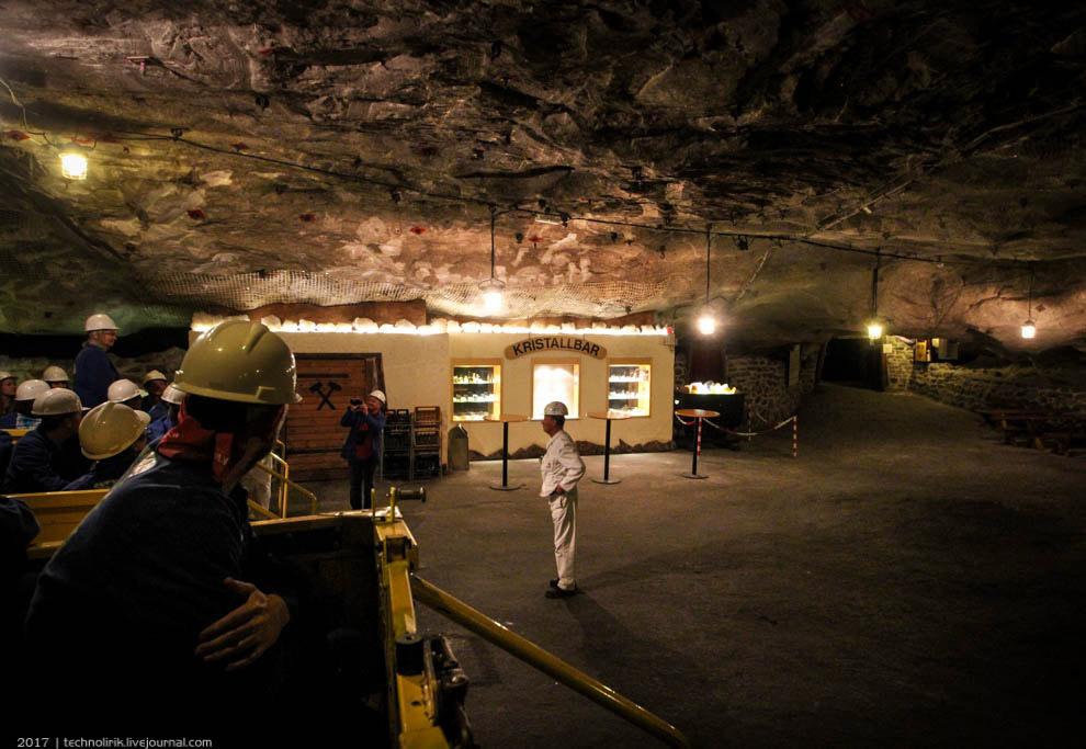30. В пещере причудливыми узорами сформировались кристаллы соли, покрывающие тут все стены и потолок