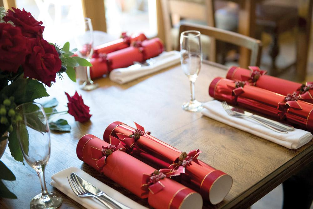 Королевская семья в Рождество ест праздничные крекеры, изготовленные для них на заказ компанией Dors