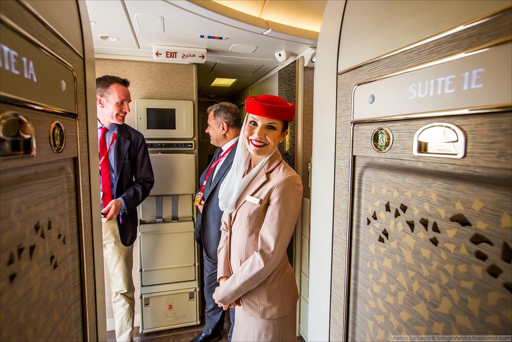 Итак. Во-первых, Emirates представила новые, полностью закрытые сьюты класса люкс в Boeing 777-300ER