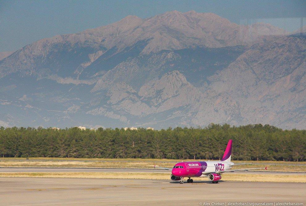 Самолеты имеют максимально возможную компоновку, а посадка осуществляется по принципу — кто первый з