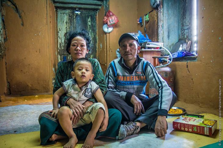 Жизнь в нищете: один день в семье непальских шерпов (18 фото)