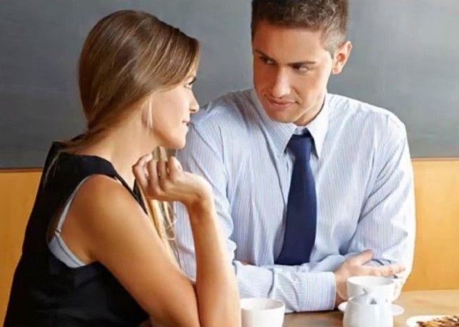 Поправляет одежду или прическу  При разговоре с тобой мужчина одергива