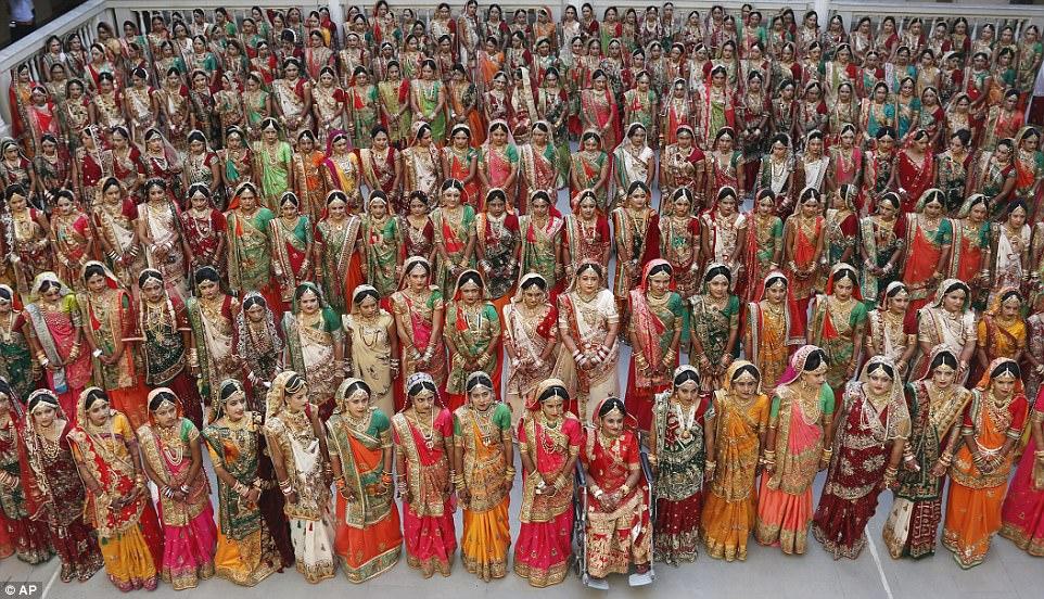 Алмазный магнат в Индии устроил свадьбу сразу для 250 неимущих пар, и получилось роскошно (12 фото)