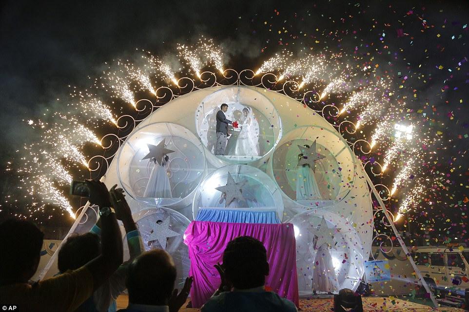 Пара молодоженов-христиан на фоне фейерверков и конфетти.