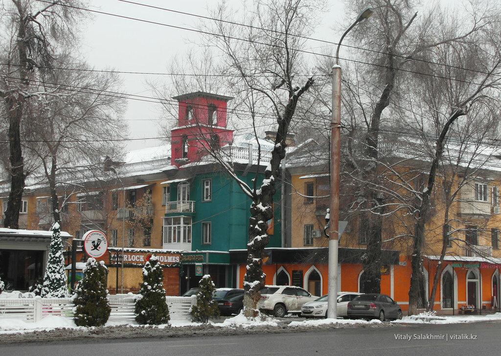 Цветное здание Гоголя.