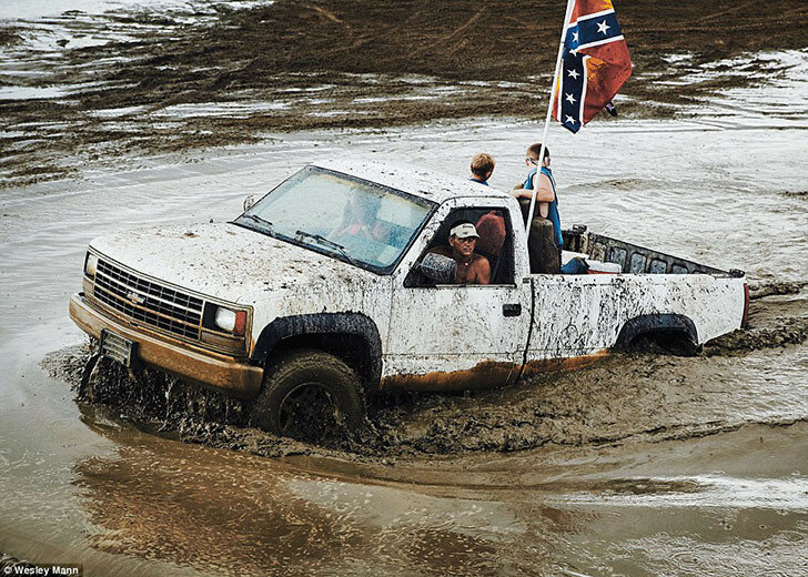 Когда грузовики ездят по лужам, грязь разбрызгивается повсюду, в том числе и на флаги Конфедерации.