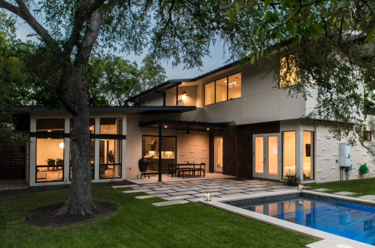 Brett Grinkmeyer Architecture  designed this spacious mid-century house located in A