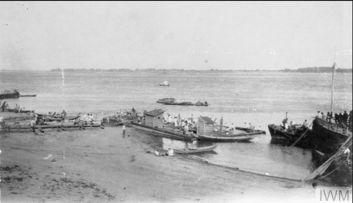 Лодки на берегу Волги у Царицына, август 1919