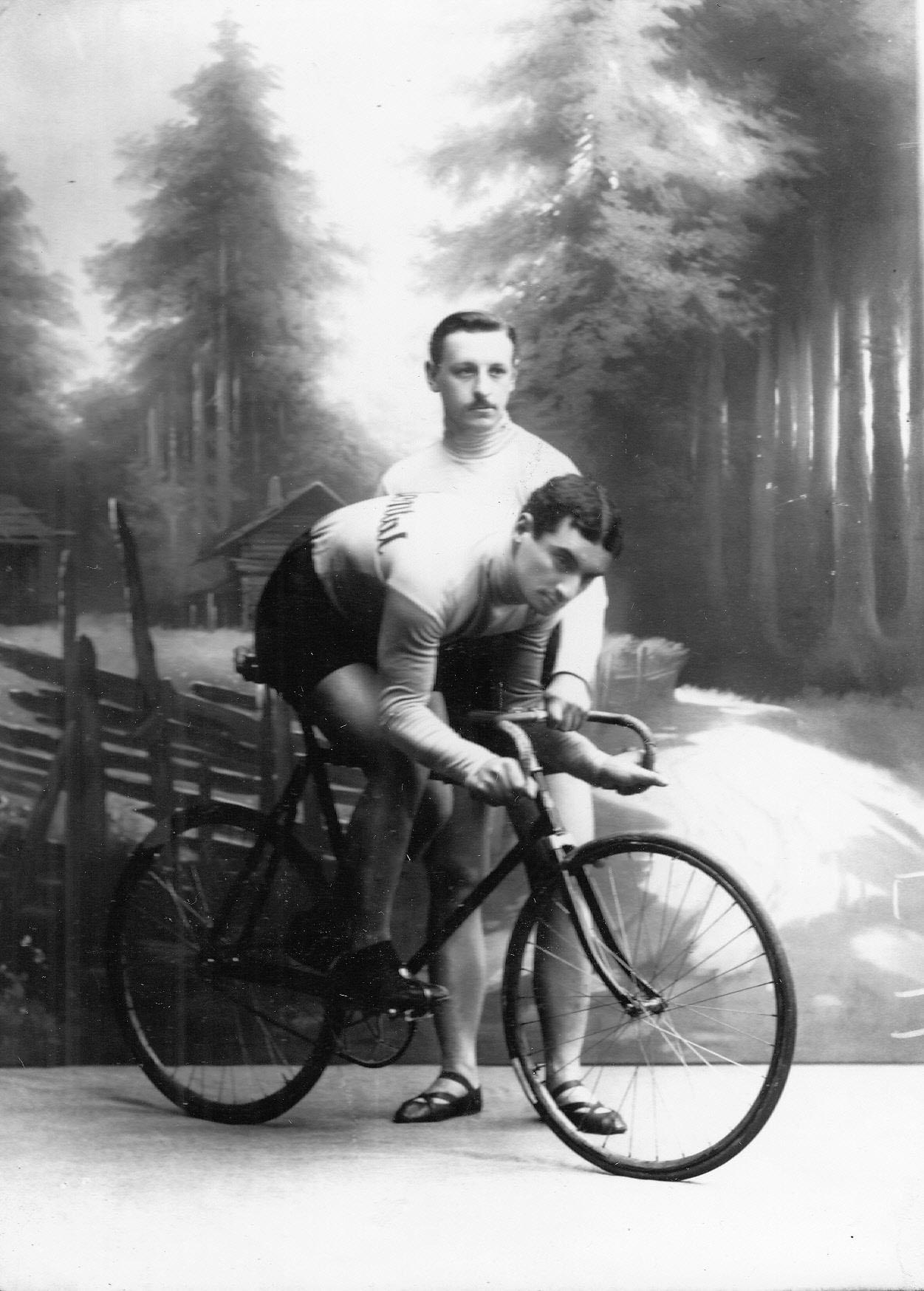 Участники велогонок гонщики Полидулис (сидит на велосипеде) и Гацук (стоит_