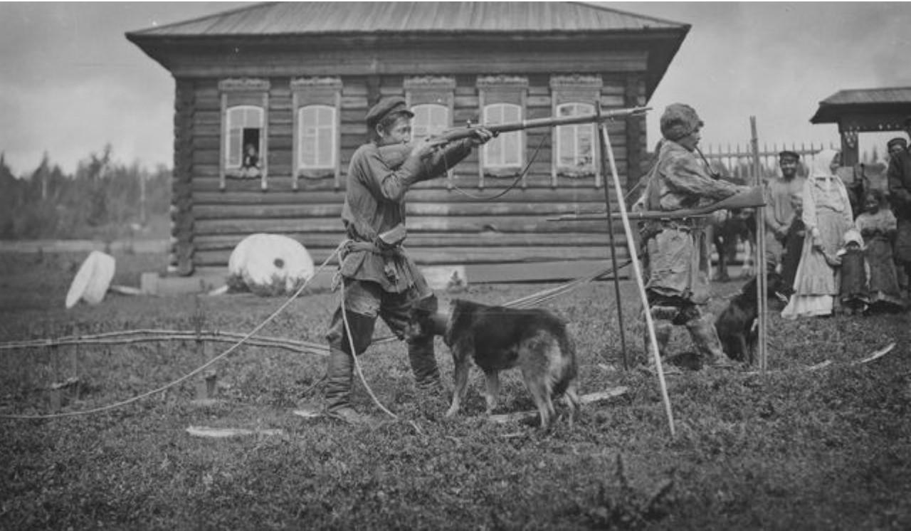 28. Село Угамагово. Татарин демонстрирует свое охотничье оборудование