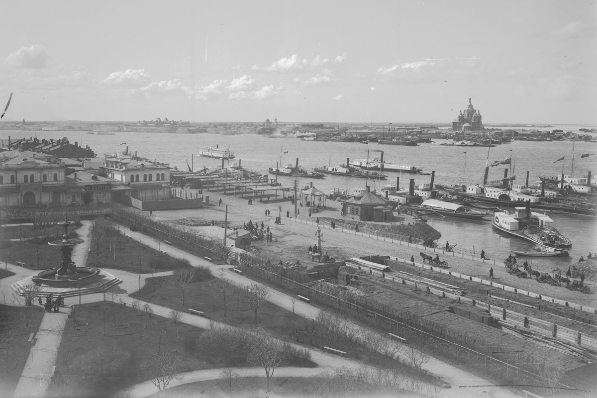 Вид на Софроновскую площадь – на переднем плане и ярмарочную сторону – на заднем. Фонтан в Благовещенском саду