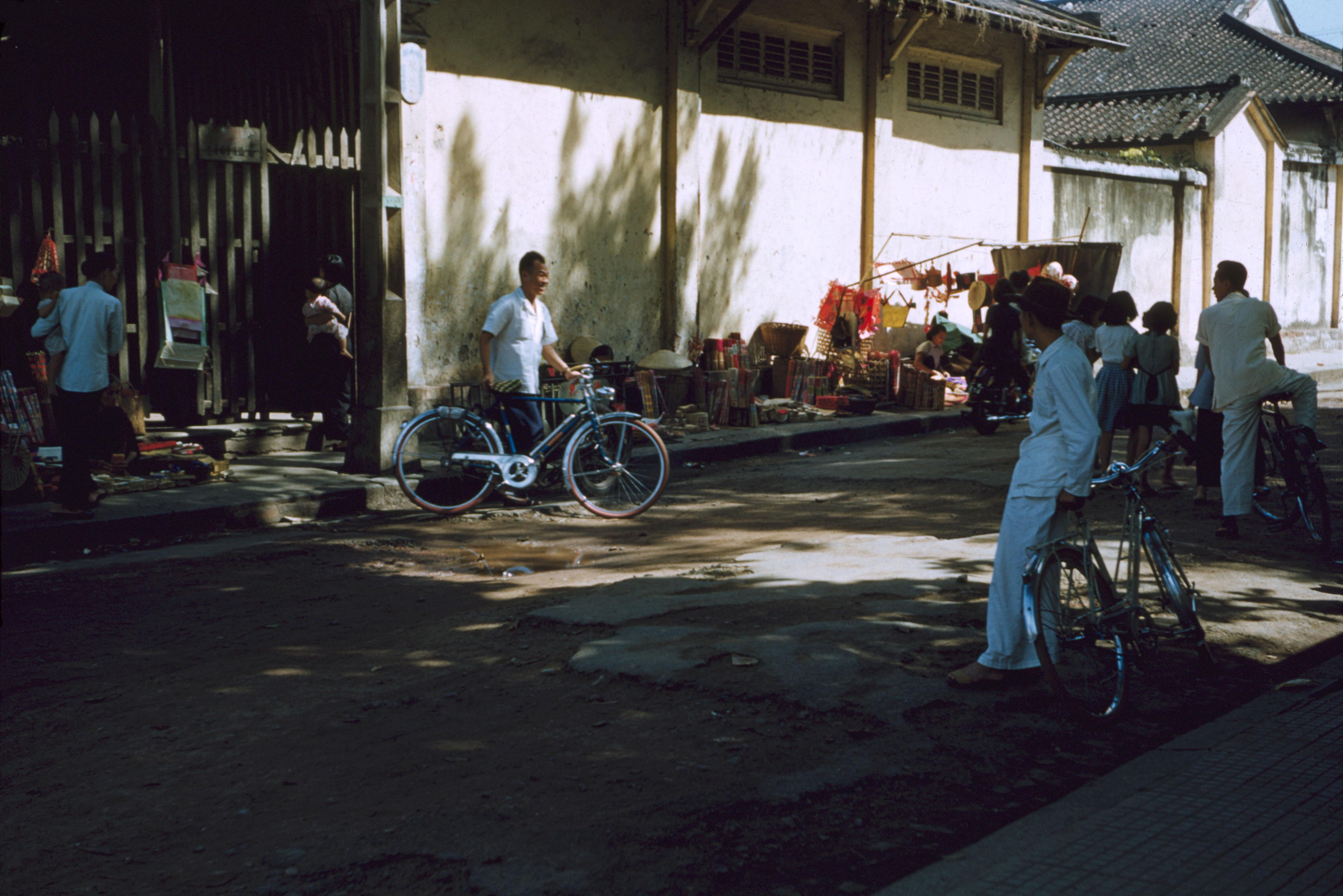 Торговля благовониями на тротуаре Лао-цзы-роуд перед храмом Цюань-Инь