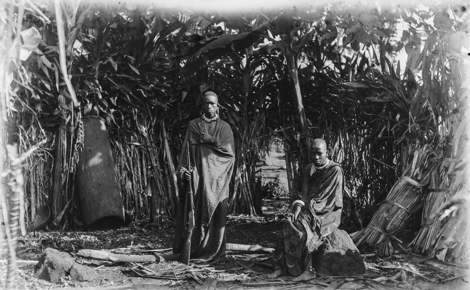 373. Мареаль, вождь чагга с ружьем, и его старшая жена, сидящая на камне