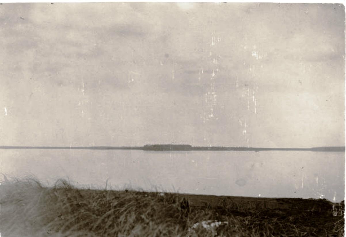 Остров на противоположной стороне озера Варья-тух