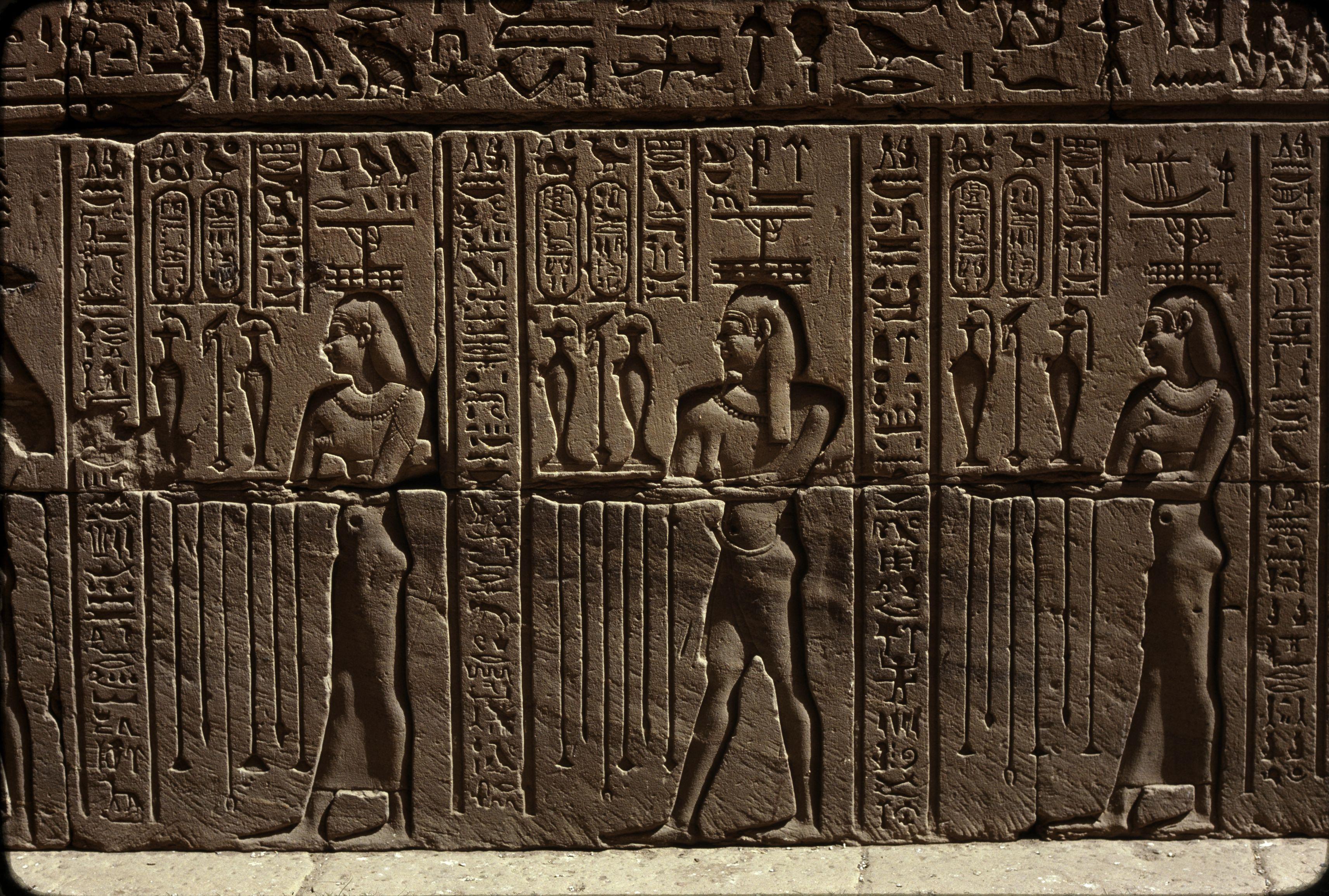 Эдфу. Храм Хора. Фараон между богом Нила Хаби Хаби и Хатхором