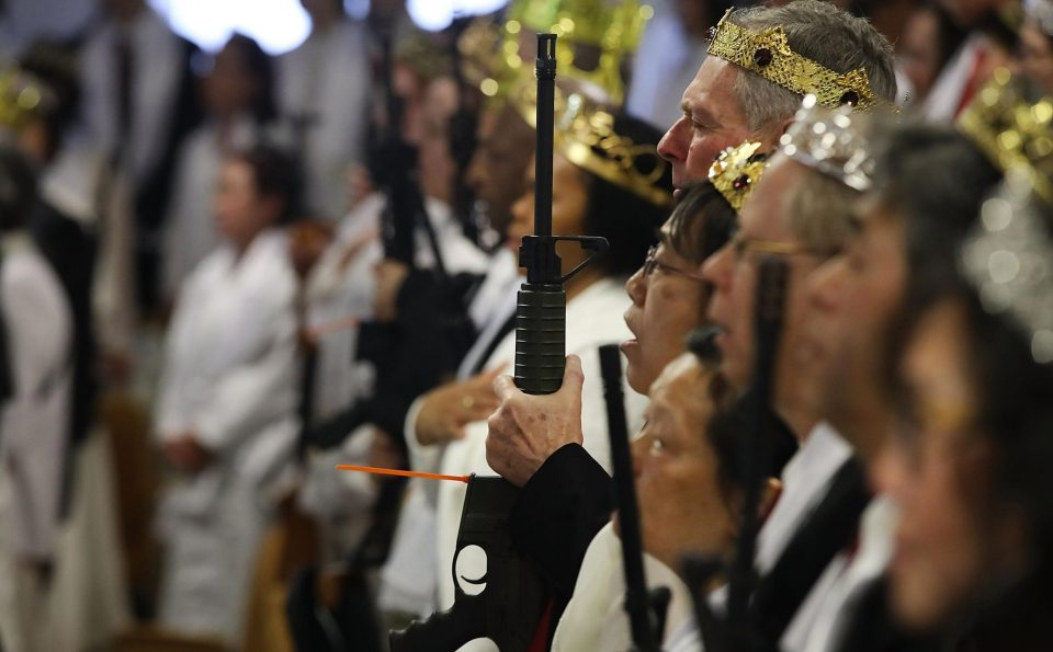 Массовая церемония бракосочетания в церкви поклонников оружия