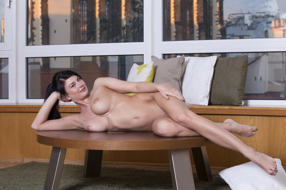Обнаженная Lucy Li позирует на столике